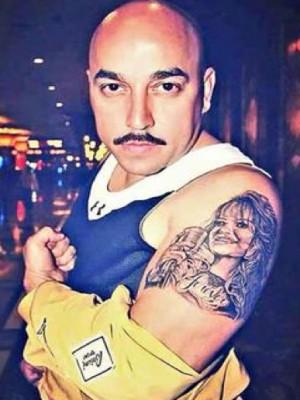 Lupillo Rivera se tatúa imagen de Jenni Rivera