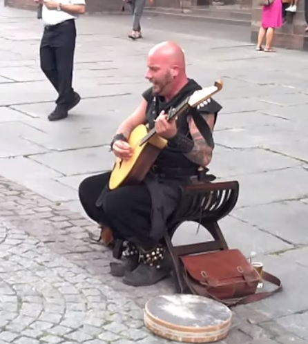 hombre talento musical