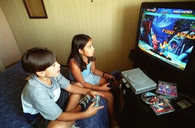 niños jugando videojuegos