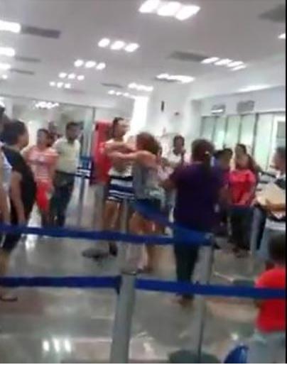 mujeres pelea en Banamex
