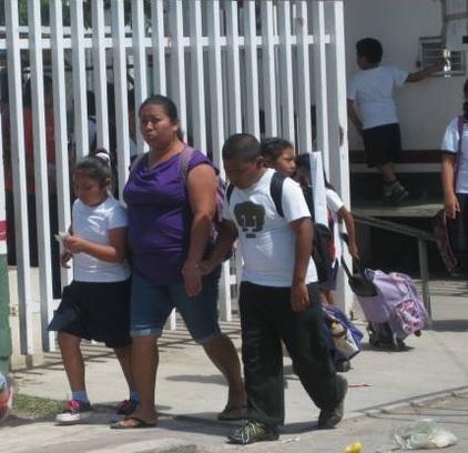 niños saliendo de escuela